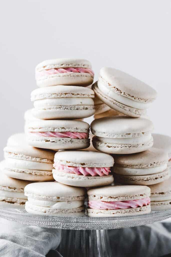 Delicious strawberry lemonade macarons, made with silky buttercream, homemade lemon curd and strawberry jam.⎪www.anasbakingchronicles.com