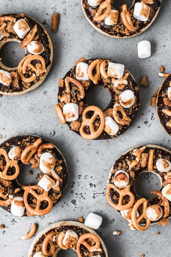 These Rocky Road Baked Donuts are the perfect combination of sweet and salty. They are ready in a less than an hour and will become one of your favourite treats this fall! ⎪www.anasbakingchronicles.com  #bakeddonuts #donuts #doughnuts #chocolate
