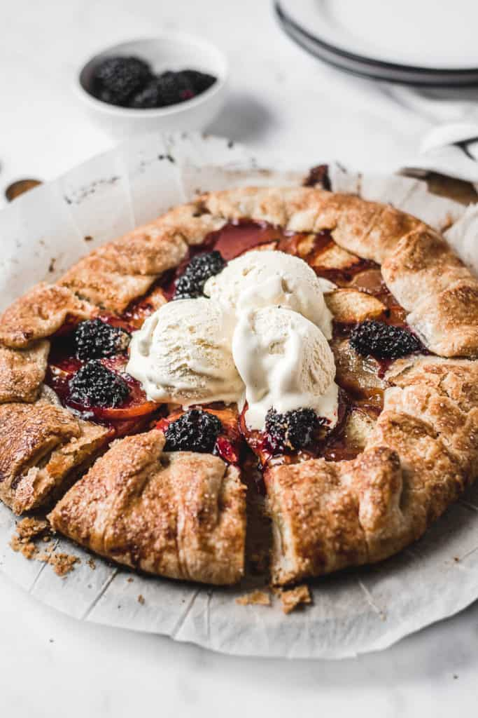Quick and easy galette with fresh nectarines and blackberries, spiced with cardamom and cinnamon. Delicious! | www.anasbakingchronicles.com