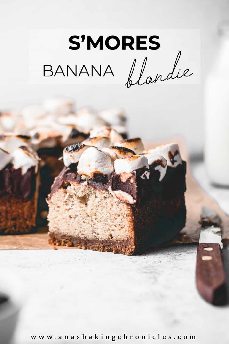 These S\'mores Banana Blondies are the perfect combination of crispy cookie base, chewy blondie, runny chocolate and gooey marshmallows. Perfect for winter!⎪www.anasbakingchronicles.com